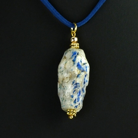 Pendant with glazed chalcedony quartz bead