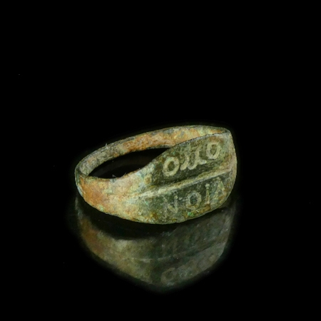 Roman bronze ring with inscription OMO NOIA